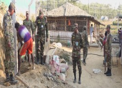 Bangladeshi army installs barbwire fence along Rohingya camps