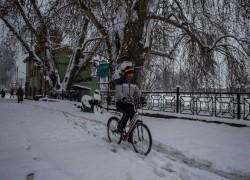 HEAVY SNOWFALL BLOCKS HIGHWAYS IN KASHMIR, SHUTS SRINAGAR AIRPORT