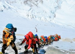Nepal delays new safety rules despite last year's deadly jam on Everest
