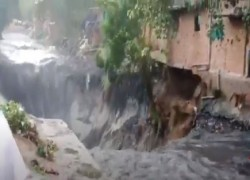 VIDEO SHOWS HOUSES CRUMBLE AS DRAIN IN DELHI OVERFLOWS AFTER HEAVY RAIN