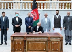 GHANI SIGNS DECREE TO RELEASE 400 TALIBAN PRISONERS