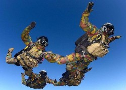 Russian and Pakistani commandos took part in Skydive without parachutes