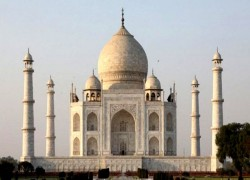 TAJ MAHAL SHUT, TOURISTS EVACUATED AFTER BOMB THREAT CALL
