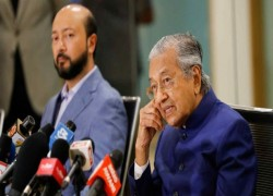 Mahathir keeps Malaysia, rivals and family guessing on next election