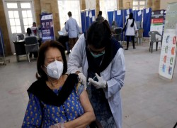 Pakistan receives 500,000 vaccine doses from China, doubling available supply