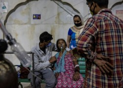A Sikh temple aids India's COVID patients battling for breath