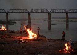 করোনা ভাইরাস: ভারতের পবিত্রতম নদী গঙ্গায় যখন উপচে পড়ছে লাশ