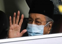 Malaysian king confers with Mahathir and peers on COVID emergency