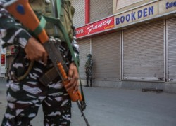INDIAN POLICE RAID HOMES, QUESTION FOUR JOURNALISTS IN KASHMIR